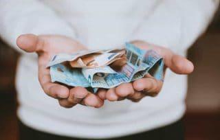 Pessoa com notas nas mão representando prosperidade e fortuna