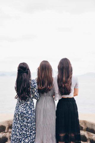 Três moças com lindos longos cabelos com diferentes cores