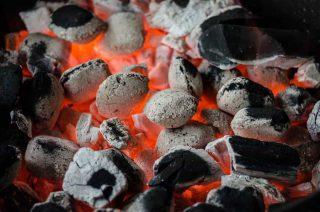 carvão em brasa visto de perto