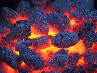 carvão pegando fogo
