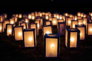Várias velas trazendo luz na escuridão