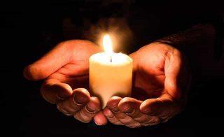 Vela em uma mão representando esperança