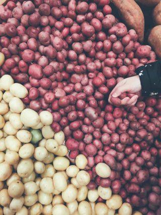 Diferentes tipos de batata em uma feira a venda