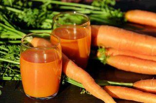 Suco de cenoura e cenouras cruas