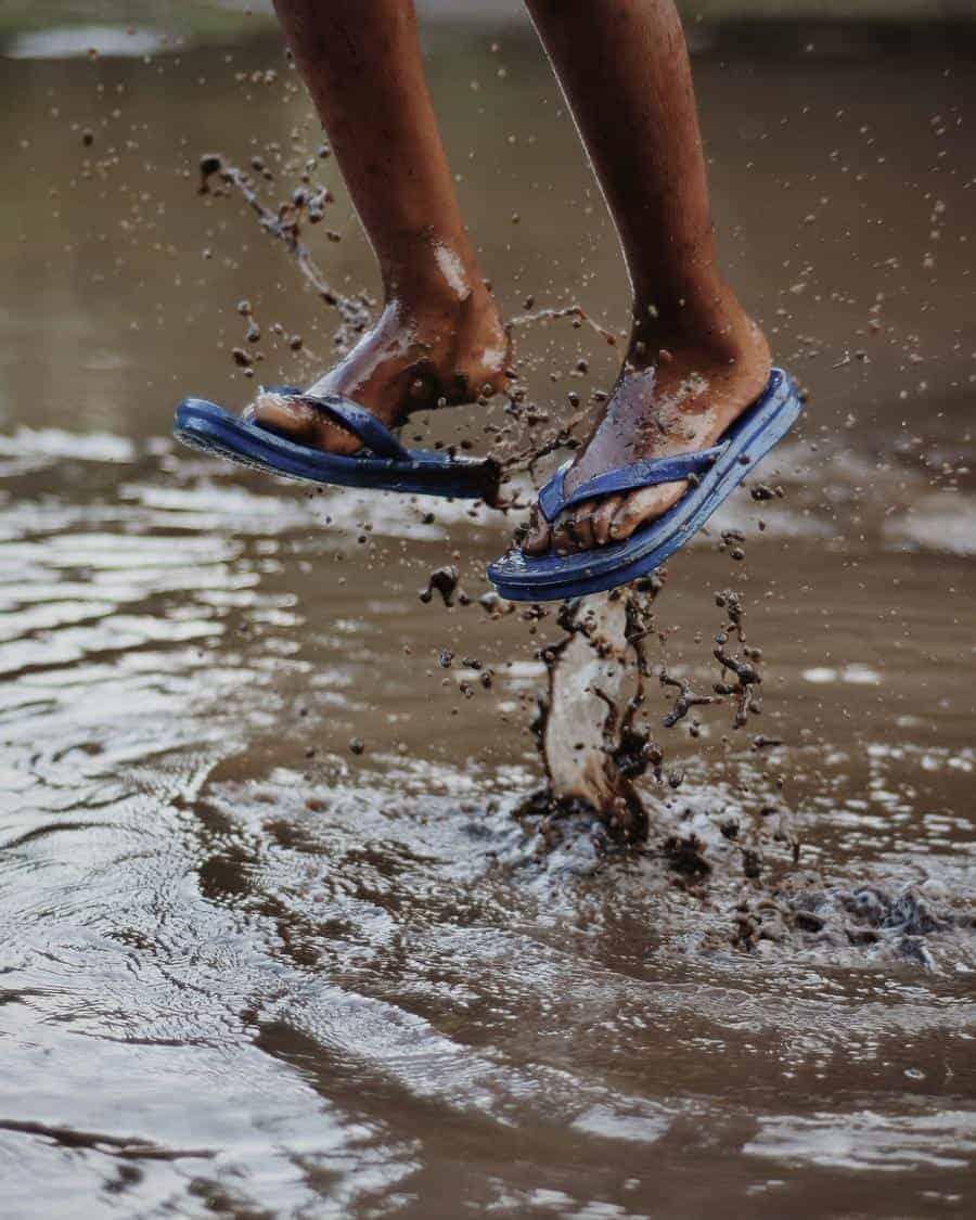 Pessoa com chinelo pulando na lama