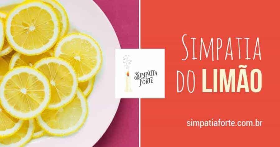 Fatias de limão sesiliano em um prato claro com um fundo rosa