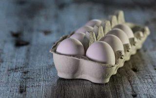 Caixa com ovos brancos
