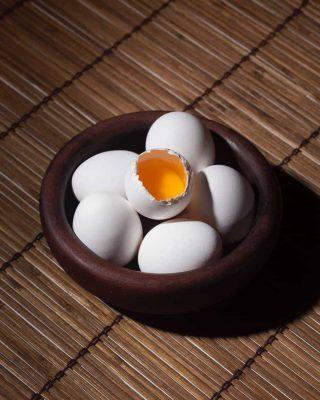 Ovos em um prato de forno e um está aberto