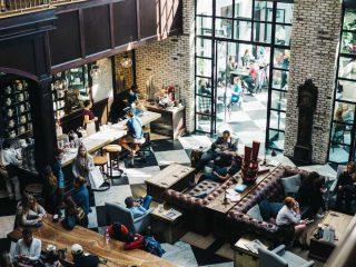 Cafeteria barulhenta e cheia de clientes