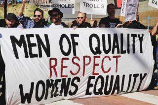 Homens protestando em favor das mulheres