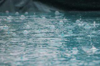 Cuva caindo delicadamete em água