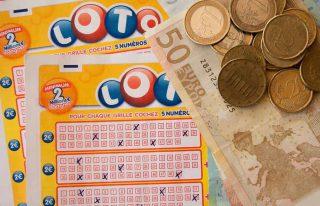 Dinheiro ao lado de um bloco de loteria ou mega sena